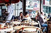 Menschen frühstücken in Le Petit Poucet Café, le Grand Café-Brasserie, Place Clichy, Paris Frankreich, Europa