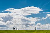 Personen als Silhouette vor einem blauen Himmel mit Wolken, San Juan, Puerto Rico, Karibik, USA