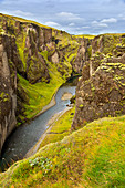 Der mit Moos bewachsene Canyon Fjadrargljufur, Island, Europa
