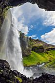 Seitlicher Blick auf den Wasserfall Kvernufoss im Sommer, Island, Europa