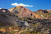 Der Vulkan Brennisteinsalda mit Schneeresten im Gebiet Landmannalaugar, Island, Europa