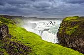 Aufziehender Sturm am Wasserfall Gullfoss, Island, Europa