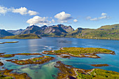 Luftaufnahme von Torsfjorden und Moskenesoya, Lofoten, Norwegen, Europa