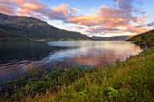 Ein See bei Sonnenuntergang im Fjordland von Vangsmjøse, Vang, Oppland, Norwegen, Europa