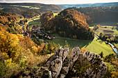 Blick von der Burg Ruine Hohengundelfingen hinab zur Lauter, Biosphärengebiet Großes Lautertal, Schwäbische Alb, Baden-Württemberg, Deutschland