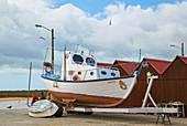 Fischerboot und Fischer in Conceicao Cabanas, Naturschutzgebiet Ría Formosa, Bei Tavira, Distrikt Faro, Region Algarve, Portugal, Europa