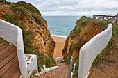Treppe zum Meer an der Steilküste Praia da Senhora da Rocha, Armacao de Pêra, Atlantik, Distrikt Faro, Region Algarve, Portugal, Europa