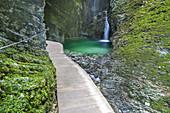 Weg durch die Schlucht zum Kozjak Wasserfall, Zufluss der Soča bei Kobarid, Soča-Tal, Julische Alpen, Goriška, Primorska, Slowenien, Mitteleuropa, Europa