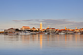 Blick auf den Hafen und die Altstadt von Rab, Insel Rab, Primorje-Gorski kotar, Kvarner Bucht, Kroatien, Südeuropa, Europa