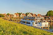 Morgenlicht im Hafen von Greetsiel, Krummhörn, Ostfriesland, Niedersachsen, Norddeutschland, Deutschland, Europa