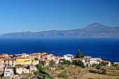 Häuser von Agulo mit Teneriffa mit Teide im Hintergrund, UNESCO Welterbe Teide, La Gomera, Kanarische Inseln, Kanaren, Spanien
