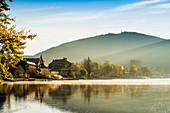 Herbstliche Morgenstimmung am Titisee, Baden-Württemberg, Schwarzwald, Deutschland