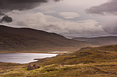 Wolken am Himmel über den Hügeln bei Sandwood Loch, Highlands, Schottland, Großbritannien