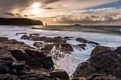 Abendsonne und Gischt an der Sandwood Bay, Highlands, Schottland, Großbritannien