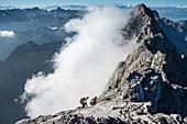 Bergsteiger auf dem Watzmanngrat, Blick zur Südspitze des Watzmann, Berchtesgadener Alpen, Berchtesgaden, Deutschland