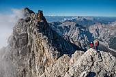Bergsteiger am Watzmanngrat, Blick zur Südspitze des Watzmann, Berchtesgadener Alpen, Berchtesgaden, Deutschland