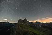 Der Gipfel Seceda unterm Sternenhimmel,Provinz Bozen, Trentino-Südtirol, Italien
