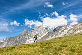 Mont-Blanc-Massiv mit Wanderer, Aostatal, Italien