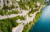 Blick auf die Strada della Forra an der Westseite des Gardasees, Lombardia, Italien