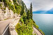 Strada della Forra an der Westküste des Gardasees in der Nähe von Tremosine, Provinz Brescia, Lombardei, Italien