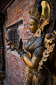 Detail der alten Statue der Flussgöttin Ganga bei Mul Chowk, Royal Palace in Patan, Kathmandu, Nepal, Asien