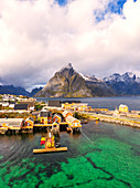 Panoramablick auf das transparente Meer und Fischerdorf Sakrisoy, Reine, Nordland, Lofoten-Inseln, Norwegen
