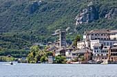 Insel San Giulio im Ortasee vom Dorf Orta San Giulio (Orta San Giulio, Ortasee, Provinz Novara, Piemont, Italien, Europa)