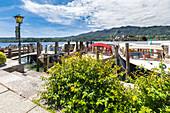 Boote im kleinen Hafen am Motta-Platz des Dorfes Orta San Giulio (Orta San Giulio, Ortasee, Provinz Novara, Piemont, Italien, Europa)