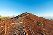 Der Weg zum Gipfel des Pico Ruivo. Achada do Teixeira, Santana-Stadtbezirk, Madeira-Region, Portugal