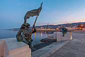 """The """"Scala Reale"""" (Royal Stairway) of Trieste with the bronze statues of the Bersagliere and the """"Ragazze di Trieste"""" (Girls of Trieste) on Riva del Mandracchio, Trieste, Friuli-Venezia Giulia, Italy"""