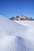 """Wallfahrtskirche Kloster Andechs auf dem """"Heiligen Berg Bayerns"""", Fünfseenland, Oberbayern, Bayern"""