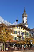 Kirche St. Martin und Häuser in Garmisch-Partenkirchen, Werdenfelser Land, Oberbayern, Bayern, Deutschland