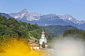 Blick auf Wamberg dahinter die Ammergauer Alpen mit dem Gipfel des Daniel, Garmisch-Partenkirchen, Werdenfelser Land, Oberbayern, Bayern