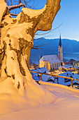 View of St. Sixtus parish church in Schliersee on Schliersee and the Schliersee mountains, Upper Bavaria, Bavaria, Germany