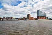 Blick vom Wasser auf die Elbphilharmonie, Landungsbrücken, Hafenstadt, Hamburg, Deutschland