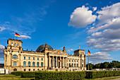Das Reichstagsgebäude von Berlin im Sommer