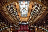 Innenaufnahme des Buchladen Lello mit Treppe, Porto, Portugal