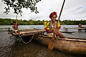 Mädchen rudert Auslegerboot, Tufi, Oro Provinz, Papua Neuguinea
