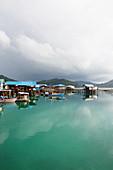 Stadt und Bucht von Letung im Regen, Letung, Jemaja, Anambas, Indonesien