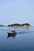 Fischerboot im Hafen von Letung, Letung, Jemaja, Anambas, Indonesien