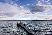 Steg am Ufer des Sees, Blick von der Halbinsel Sewan, Sewansee, Armenien, Asien