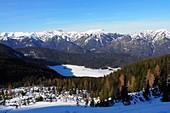 Eibsee in der Berglandschaft im Winter, bei Garmisch-Partenkirchen, Bayern, Deutschland