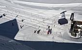 Seilbahn und Skilift, Skifahrer auf dem Zugspitzplatt unter der Zugspitze bei Garmisch-Partenkirchen, Winter in Bayern, Deutschland