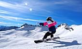 Snowboarderin auf wilder Abfahrt, Weißes Tal unter der Zugspitze, Garmisch-Partenkirchen, Bayern, Deutschland