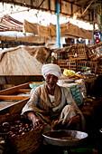 Alter Mann mit Turban verkauft Früchte, Kairo, Ägypten