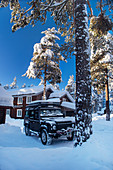 Geländewagen vor Hotel bei Heggenes im Winter, Norwegen