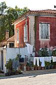 Altes Haus mit Wäsche vor der Tür im Bergdorf Exo Hora, Zakynthos, Ionische Inseln, Griechenland