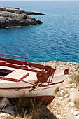 Altes Fischerboot in der Bucht von Porto Limnionas, Zakynthos, Griechenland
