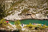 Badespass in der Bucht von Porto Limnionas, Zakynthos, Ionische Inseln, Griechenland