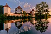 Blick über den Teich auf Schloss Blutenburg, Obermenzing, München